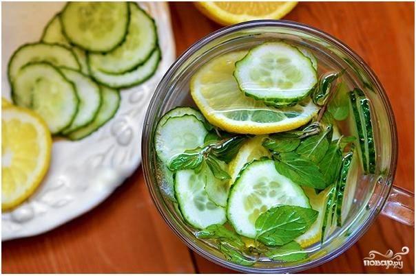 2. Чистую холодную воду налейте в банку, кувшин или другую подходящую емкость, которую можно закрыть. Бросьте в воду нарезанные лимон и огурец. Добавьте вымытую и порванную на кусочки мяту.