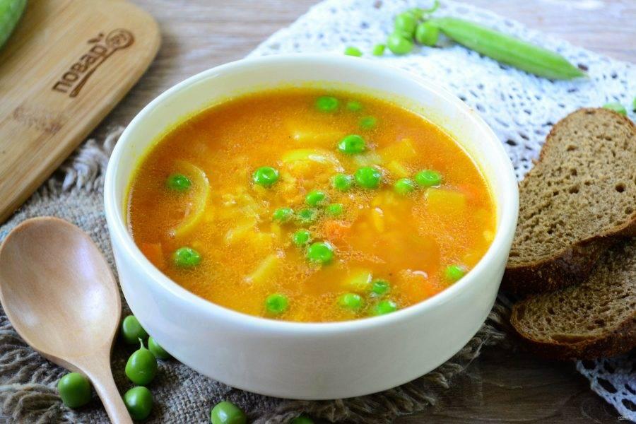 Проварите еще буквально минуту и снимайте суп с огня. Я даю супу настояться в течение получаса, но если все голодны, то можно есть и сразу. Подавайте рисовый суп с горошком с черным хлебом или сухариками. Приятного аппетита!
