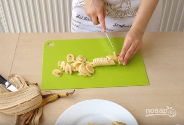 7.Пока выпекается бисквитный корж, очистите банан, нарежьте его кружочками, полейте лимонным соком, чтобы бананы не почернели.