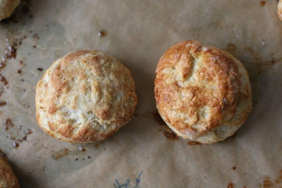 3. Застилаем противень бумагой, выкладываем подготовленные печенья. Запекаем их в духовке 15 минут при 200 градусах.