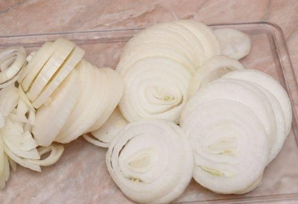 Пока рыба маринуется, почистим и порежем кольцами или полукольцами лук.