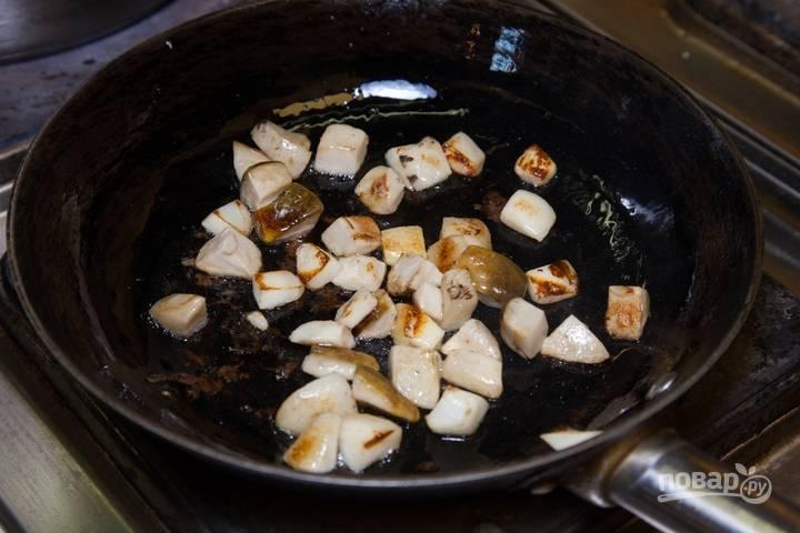 Затем обжарьте кубики в масле до румяного цвета.