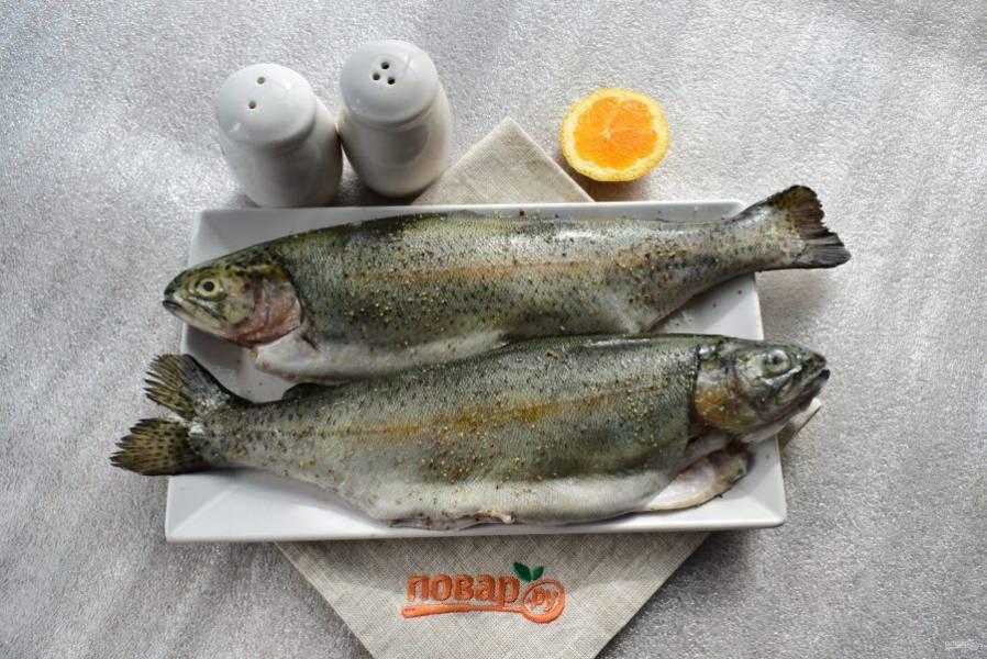 Рыбу очистите, выпотрошите, удалите плавники, промойте под холодной водой, обсушите. Натрите солью и перцем, сбрызните лимонным соком.