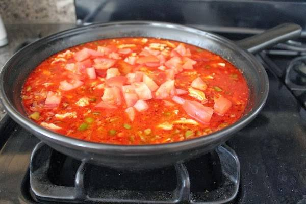 Добавляем нарезанные небольшими кубиками помидоры.