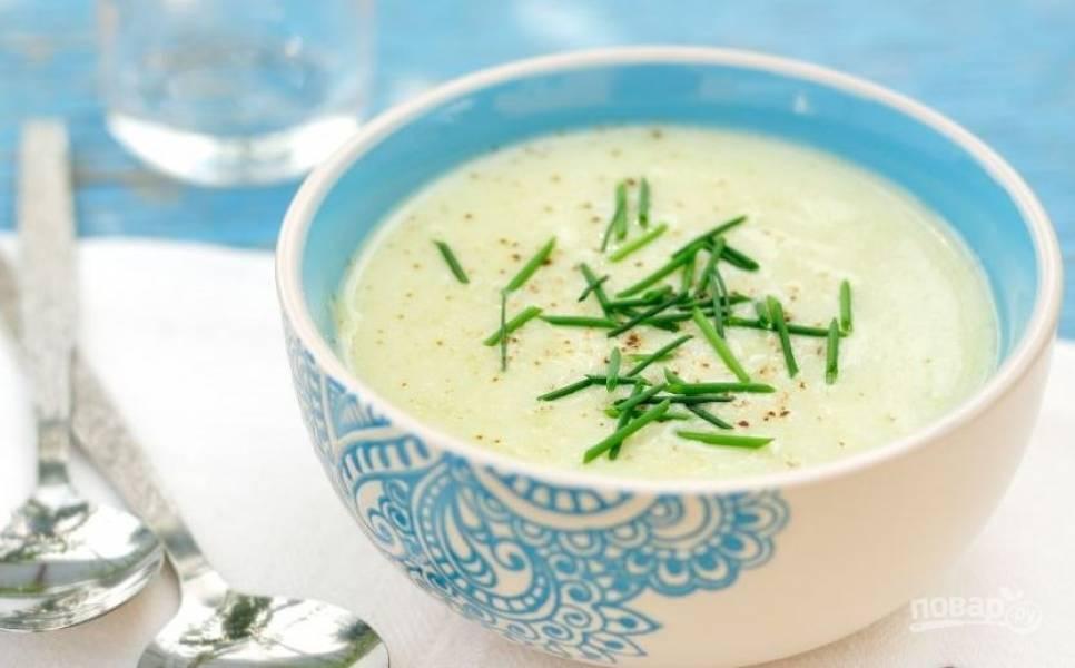 Разлейте суп по тарелкам и дайте ему остыть. Вымойте зелень и мелко ее нарубите. Присыпьте суп зеленью и подавайте к столу.