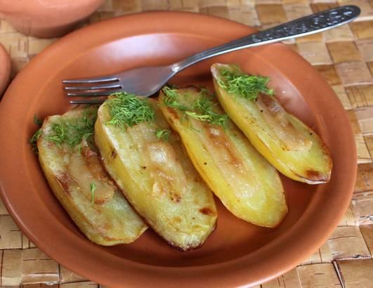 Украшаем картофель зеленью и подаем к столу. Приятного аппетита!
