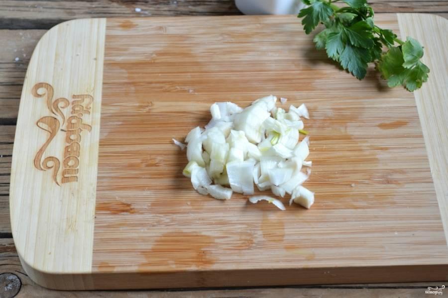 Лук и морковь пассеруйте в сливочном масле и добавьте в суп. Если нужно, добавьте еще немного соли, по желанию положите лавровый лист и другие пряности.