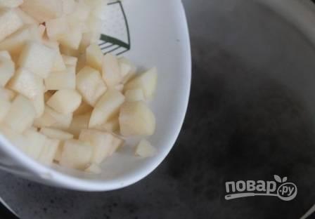 Почистим картофель, нарежем на небольшие кубики и отправим в грибной бульон, пусть варится.