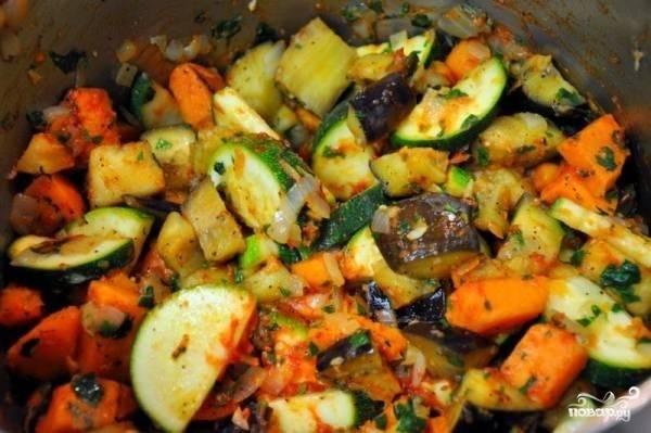 """2.После обжаривания лука и моркови добавляем остальные овощи. Немного """"припускаем"""" их, а затем наливаем немного холодной воды (буквально на дне), накрываем крышкой и тушим овощи до мягкости. Зелень моем и нарезаем мелко, добавляем в казан. За пару минут до готовности солим и перчим по вкусу. Выключаем огонь, накрываем крышкой, оставляем рагу на 15-20 минут."""
