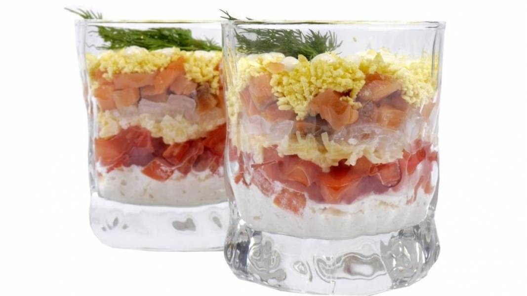 3. Сыр также смешайте с майонезом. Выложите слой белков в стакан, затем - помидоры, сыр, лук, рыбу и желтки. Украсьте тонким слоем майонеза и зеленью. Поставьте салат в холодильник на 1 час. Приятного аппетита!