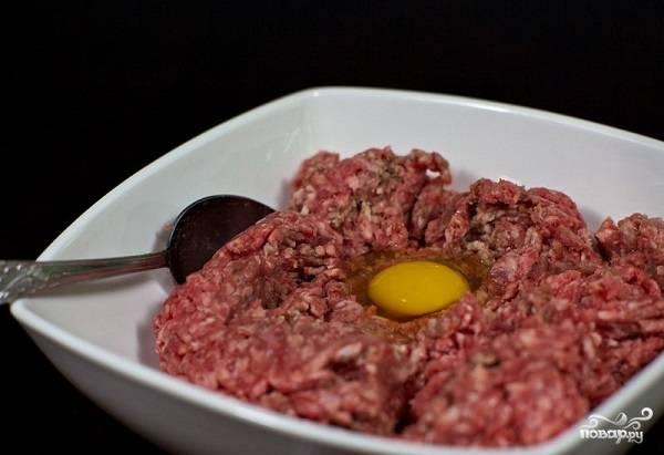 3. Параллельно замочите хлеб (лучше использовать не слишком свежий) в молоке. В глубокую мисочку выложите фарш. Вбейте туда яйцо.