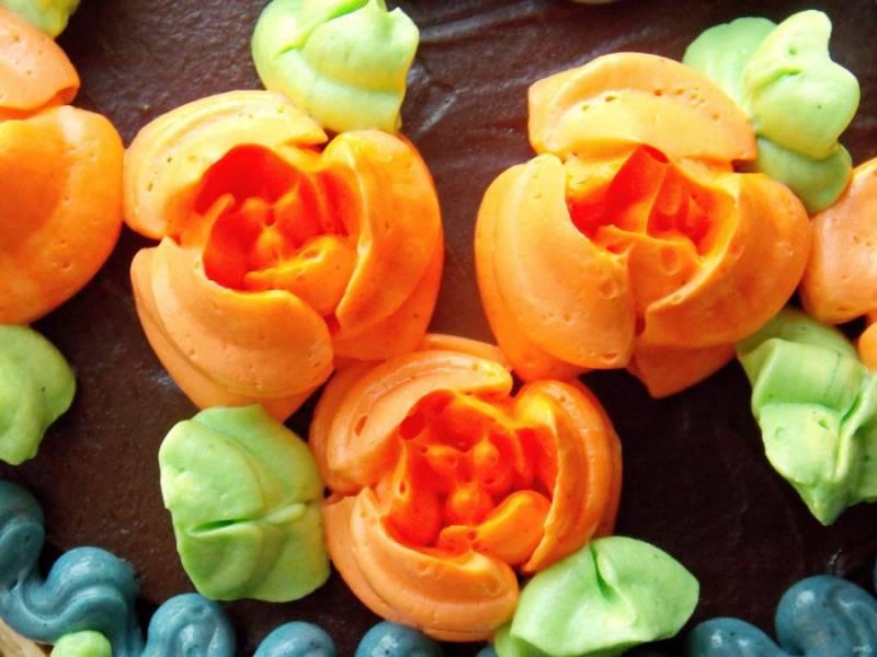 Выложите крем в кондитерский конверт с насадкой, и отсаживайте цветы или фигурки.