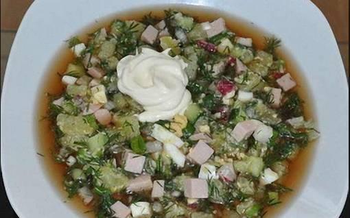 6. В квасе растворяем соль, сахар, лимонный сок, горчицу. Перемешаем до однородности - и заливаем окрошку. Посыпаем обильно зеленью, и подаем к столу со сметанкой!