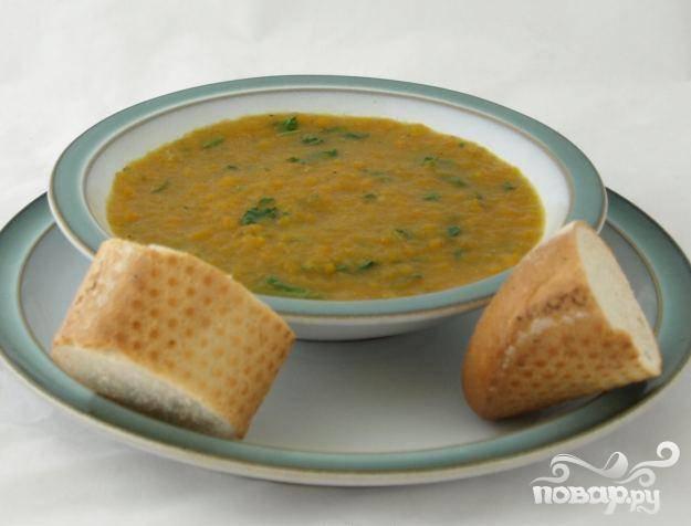 3.Переложить суп в блендер и перемолоть. Попробовать на вкус, при желании добавить соли и перца. Добавить порезанные свежие листья кориандра и перемешать. Подавать суп со свежим белым хлебом, французскими булочками или черным хлебом.