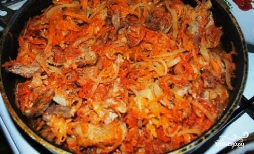 После того, как мясо промариновалось, выложите все на сковороду и обжаривайте на растительном масле в течение 30-40 минут.
