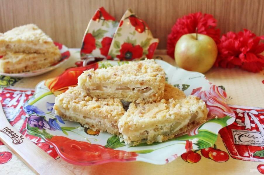 """Готовую """"Королевскую ватрушку с яблоками"""" достаньте из формы, хорошо охладите, нарежьте и подавайте к столу."""