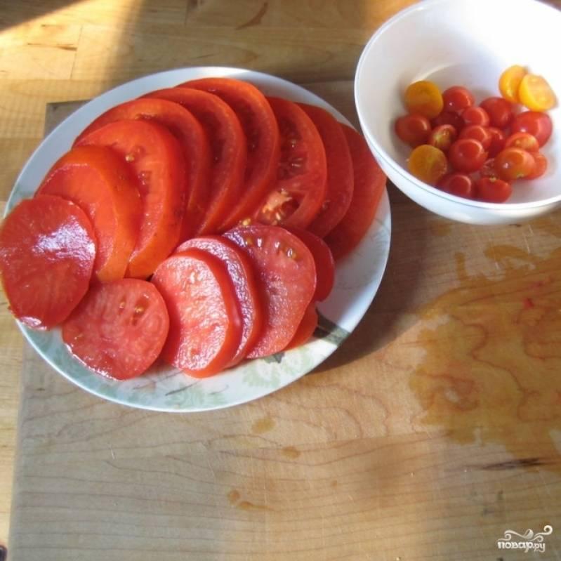 Тем временем займемся начинкой. Тонко нарезаем помидоры.