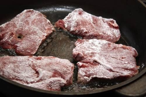 Нарежьте мясо на куски, посолите, обваляйте в муке и обжарьте на растительном масле до румяного цвета.