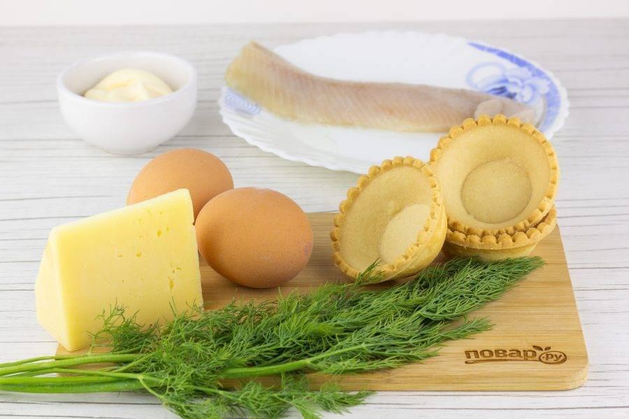 Подготовьте все необходимые ингредиенты. Яйца заранее отварите и остудите. Подготовьте сельдь, нам нужно филе без костей.