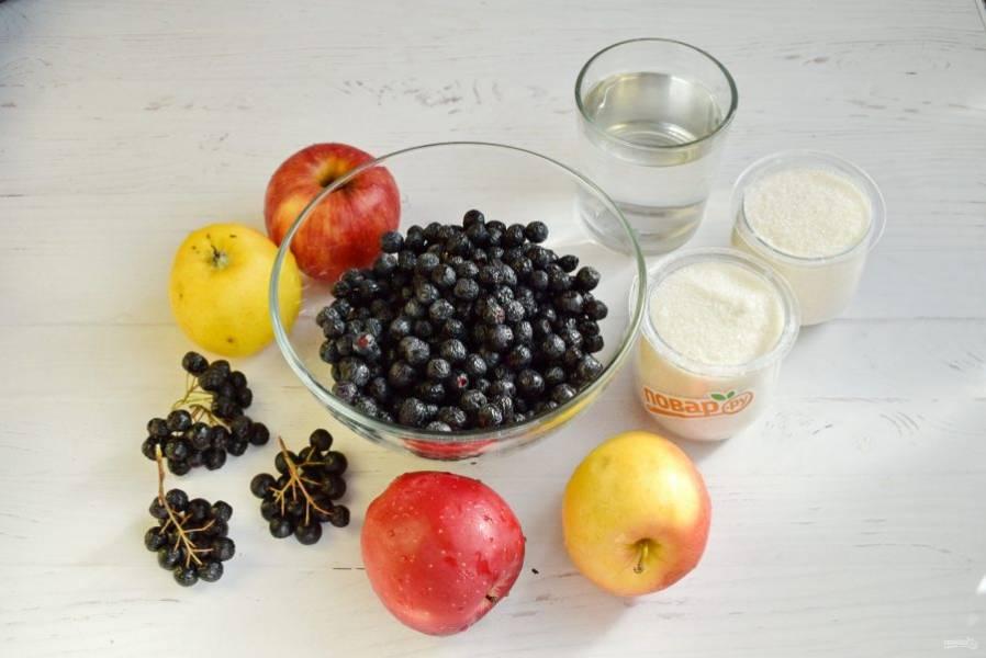 Подготовьте необходимые продукты. Аронию снимите с веточек. Ягоды и яблоки помойте холодной водой.