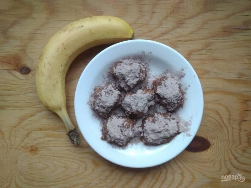 5. Обсыпьте конфеты какао, а потом дайте им настояться 20-30 минут в холодильнике или морозилке. Приятного чаепития!