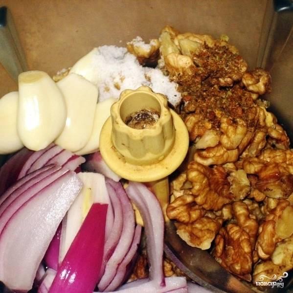 Складываем в чашу блендера орехи, чеснок, лук, соль, хмели-сунели, и заливаем виноградный уксус. Измельчаем все до консистенции однородной пасты.