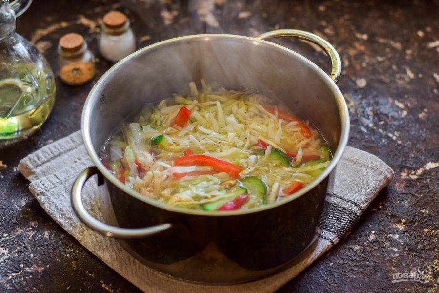 Проварите салат 4 минуты, после добавьте чеснок и уксус, доведите до кипения и снимите с огня.