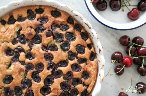 8. В зависимости от размера формы вишневый бисквит в домашних условиях будет готов через 35-50 минут. Остудите его немного и подайте к столу, порезав на порционный кусочки. Приятного чаепития!