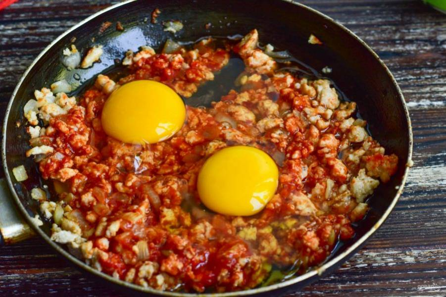 Перемешайте и вбейте куриные яйца.