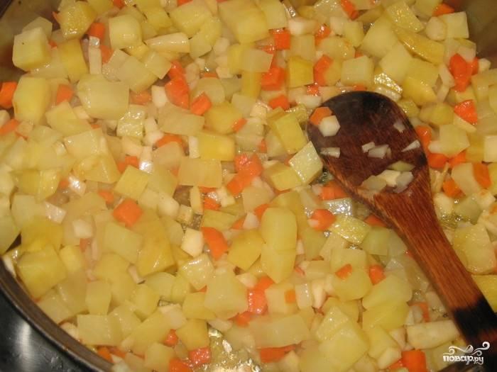 Возьмите глубокую сковородку, растопите в ней смалец. На среднем огне пассеруйте на жиру овощи. По очереди забросьте в сковородку лук, морковку, сельдерей, картошку и корень петрушки. Поджаривайте их около пяти минут до полуготовности.