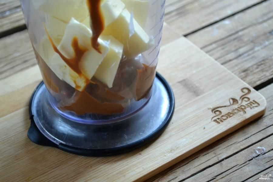 Масло порежьте на кубики и поместите вместе со сгущенкой в стакан для взбивания. С помощью миксера взбейте крем в однородную массу.