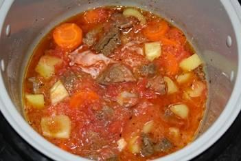 Натрите помидоры на терке. Полученную массу добавьте в мультиварку к мясу и овощам. Дайте им пару минут покипеть.