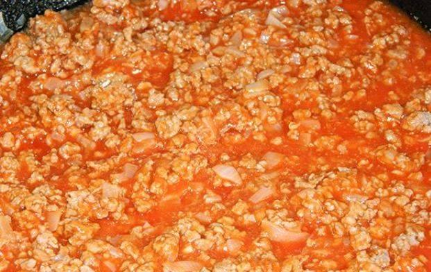 Помидоры моем, снимаем с них кожицу. Затем помидоры измельчаем и добавляем в фарш. Тушим все это минут 6-7 и убираем с огня.