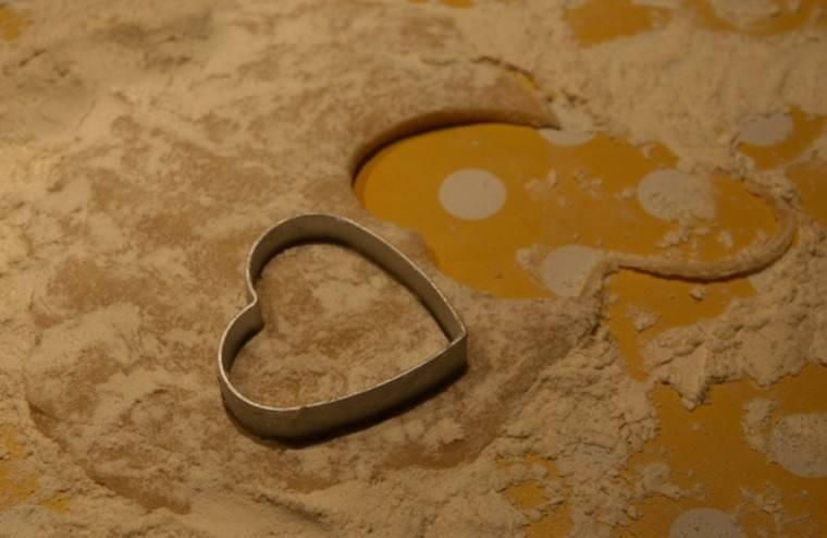 Приготовленное тесто выкладываем на присыпанный мукой стол и раскатываем в пласт шириной в 0,5-1 см. Вырезаем их теста любые фигурки для будущего печенья.