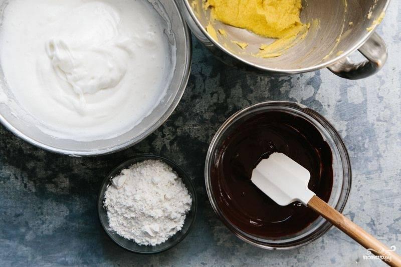 2. Шоколад растопите в микроволновке или на водяной бане. Соедините соль, муку и корицу, все просейте. Растопленное сливочное масло взбейте с желтками до однородности. Отдельно в крепкую пену взбейте белки.
