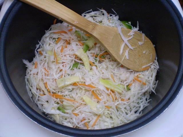 """Добавьте овощи, немного водички, соль. Закройте крышку и выберите режим """"Суп"""" или """"Каша"""", тушите 35 минут."""
