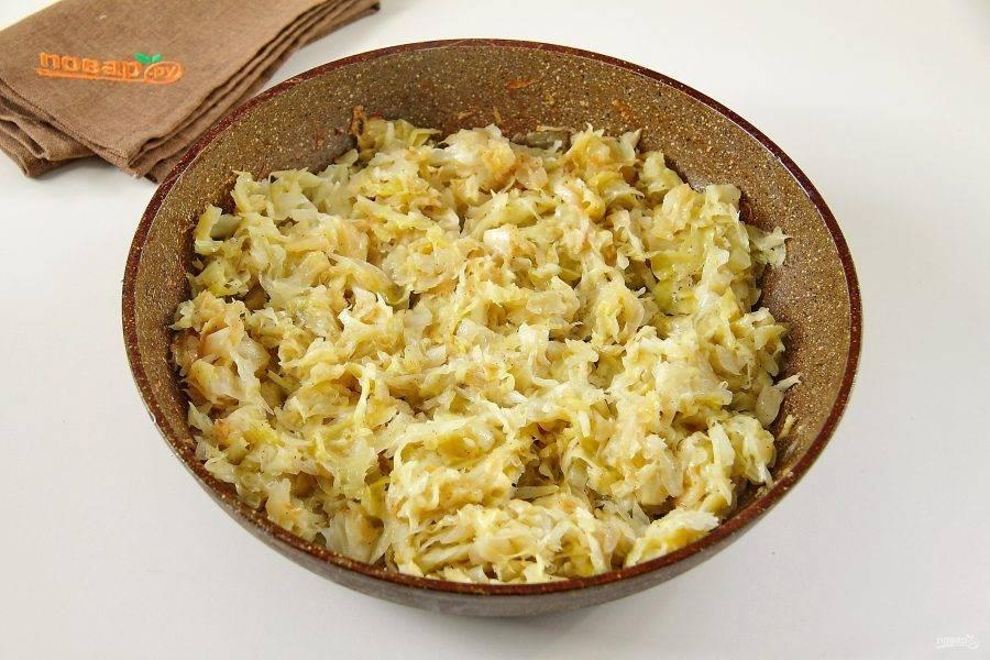 Тушим овощи до готовности на сковороде, добавив соль по вкусу и перец. Даем начинке остыть.