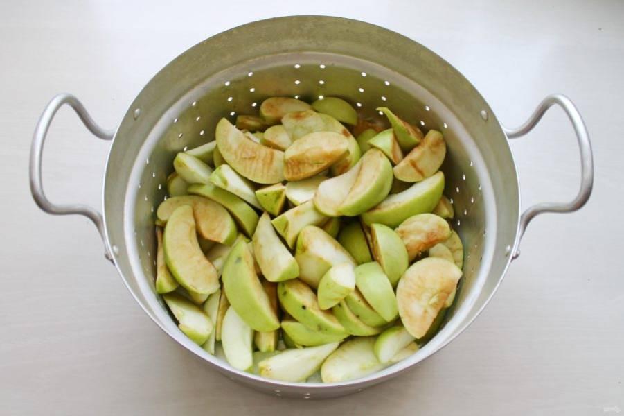 Яблоки сложите в верхнюю часть соковарки, которая напоминает большой дуршлаг.