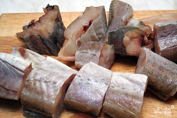 Занимаемся минтаем: обрезаем у него все плавники, разрезаем рыбу на порционные кусочки.