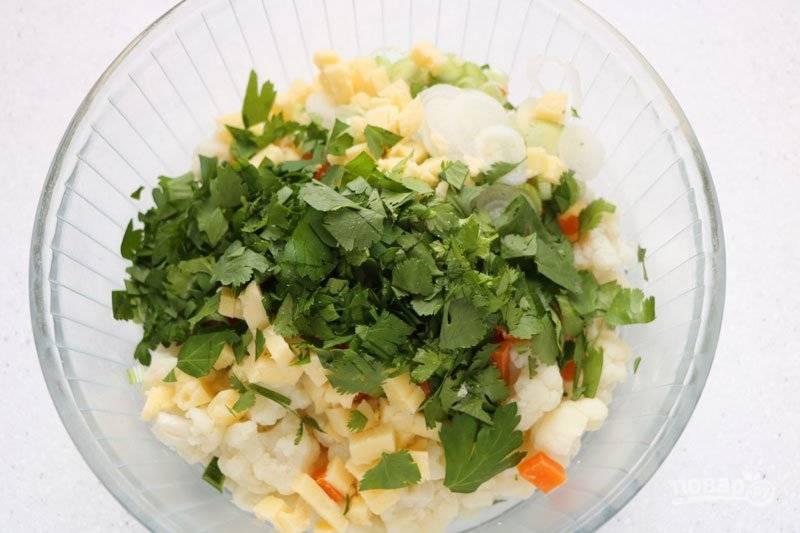 Капусту остудите, добавьте к ней зелень, сыр и овощи.
