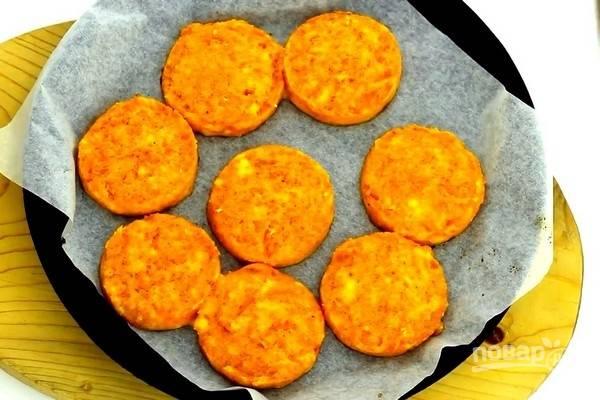 Запекайте морковные котлеты с манкой 20-30 минут при температуре 180 градусов. Приятного аппетита!