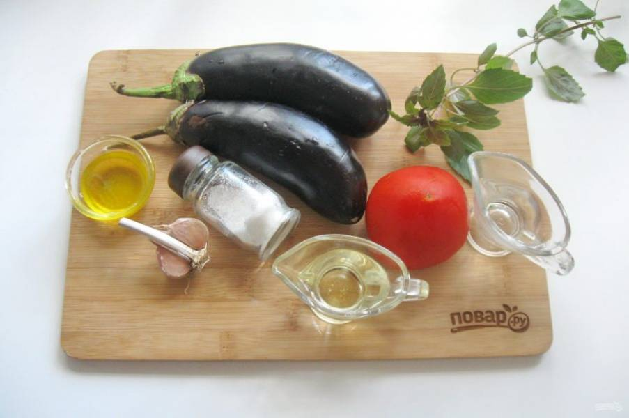 Возьмите все ингредиенты для приготовления баклажан с базиликом в меду.