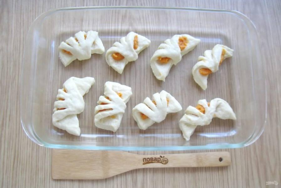 Выложите булочки в форму для выпекания.