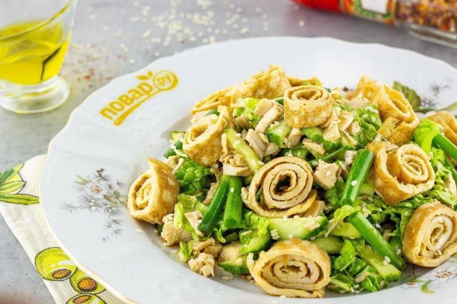 """Подавайте  салат """"Киото"""" к столу, посыпав зернами кунжута! Приятного аппетита!"""