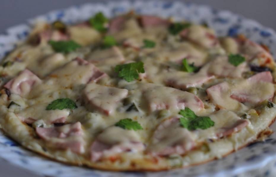 Ставим сковороду на огонь, закрываем крышкой и готовим пиццу 8-10 минут на самом слабом огне. Вот так быстро и просто мы сделали вкуснейшее блюдо, приятного вам аппетита!