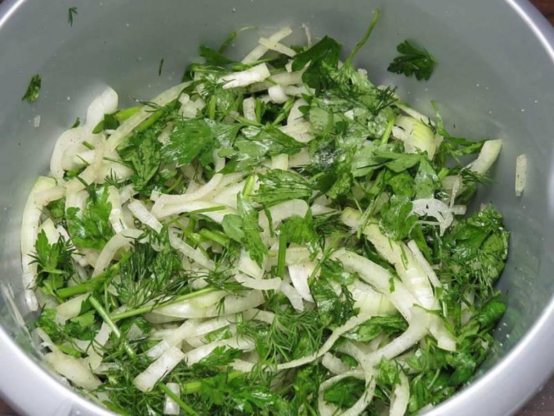 2. Очистить луковицу и нарезать тонкими полукольцами. Вымыть зелень, измельчить и соединить с луком. Тщательно перемешать, размяв как следует руками. Посолить немного и добавить перец по вкусу. Лук пустит сок и станет мягче.