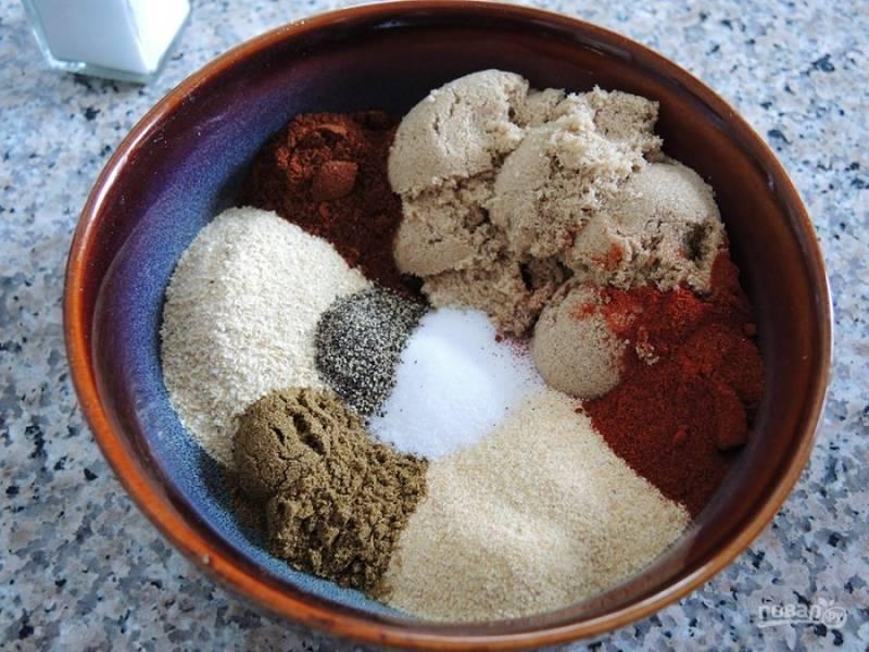 3.Отложите зачищенные ребра и выложите в миску специи: луковый и чесночный порошок, сахар, растительное масло, тмин, соль, молотый красный и черный перцы, паприку.