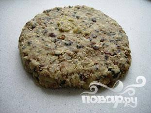 Скатать тесто, завернуть в полиэтиленовую пленку и положить в холодильник минимум на 30 минут. Разогреть духовку до 200 ° C.