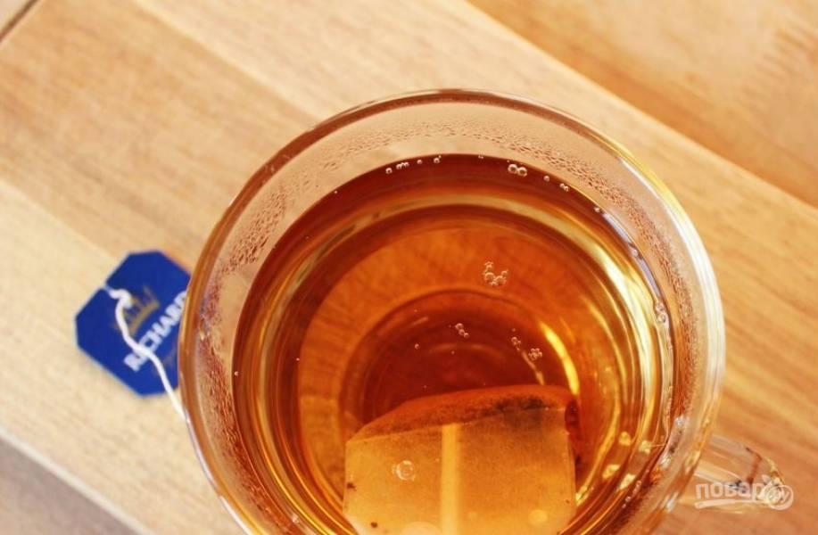 Вскипятите чайник и залейте кипятком чайные пакетики. Дайте чаю настояться. Также вы можете использовать листовой чай. После того, как он заварится, просто процедите через мелкое ситечко.