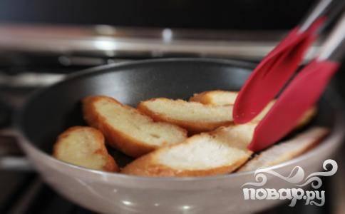 Убрать шалфей из сковороды. В той же посуде обжарить нарезанный французский багет. Поджаривайте кусочки с каждой стороны до золотистого хрустящего состояния.